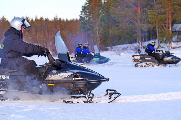 Снегоходы и люди в дикой природе Северной Карелии